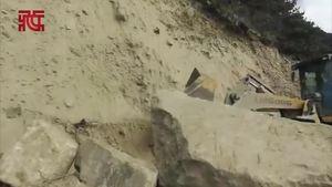 林芝地震:前方现场正在清除道路塌方