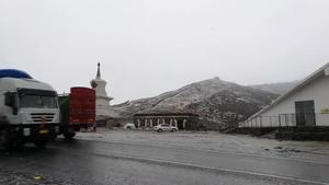 微视频:甘孜折多山垭口风雪大作 围棋汽车拉力赛车队顺利穿越