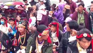 [视频] 实拍稻城亚丁登秋节 藏族大哥的拍手器 略萌