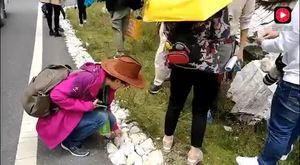 亚丁神山仙乃日脚下的这个有趣习俗让地上的小白石头特别受欢迎