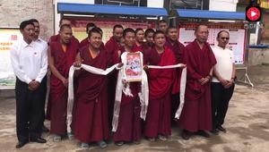 巴尔曲德寺僧人用藏语高唱《北京的金山上》