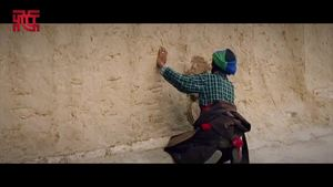 [Video] The wall is scratched by passing motorcycles, have a look at how it is fixed by an elderly Tibetan woman on her own?