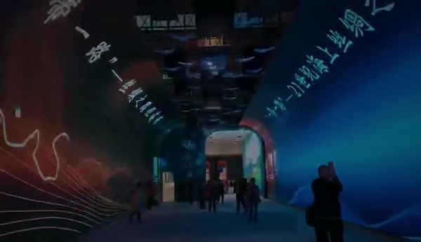 快来国家博物馆体验高科技!机器人画像、无纸书法、海量美衣试穿……