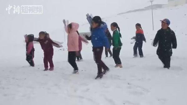 青海囊谦:幼儿园小朋友课间操踏雪起舞