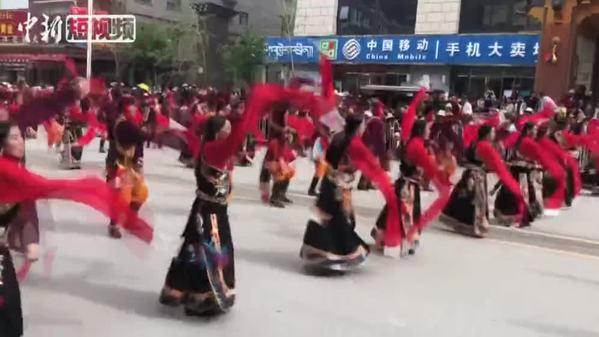 """场面壮观!""""潇洒康巴人""""青海玉树街头起舞"""