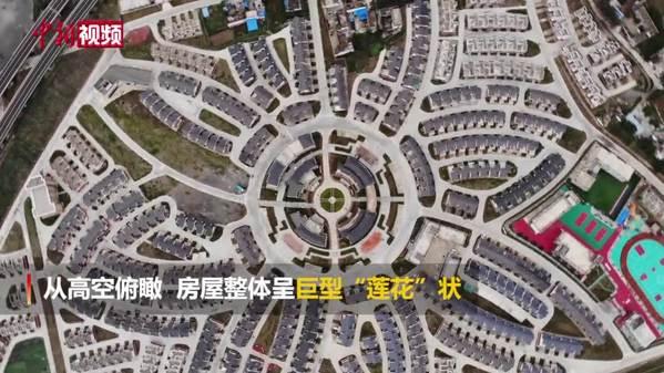 """甘肃陇南:藏式房屋如白莲花""""绽放""""江畔"""
