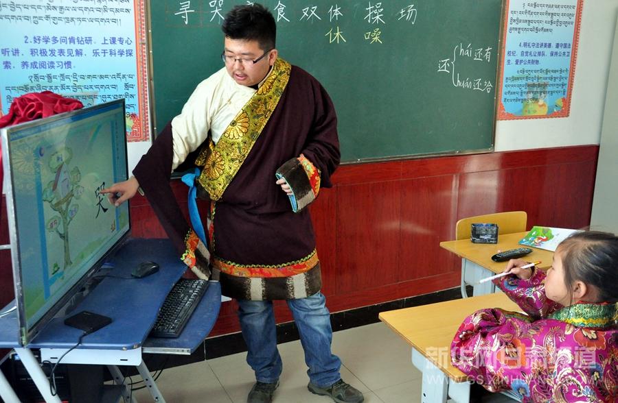 11月10日,天祝县抓喜秀龙乡代乾教学点的老师拉毛才旦在新建成的教室内给一年级学生上课。新华社记者 郭刚 摄
