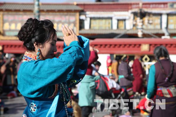 """""""仙女节""""当天大昭寺广场前祈福的美女。摄影:王淑"""