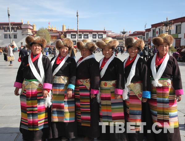 仙女节妇女在大照寺广场留影