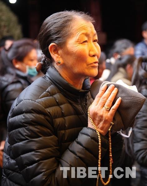 大昭寺内祈福的阿妈。摄影:王淑