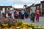 Tibet enters into peak tourism season with good weather