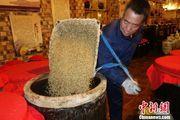 中国青稞酒发祥地渐兴原始酿酒技艺