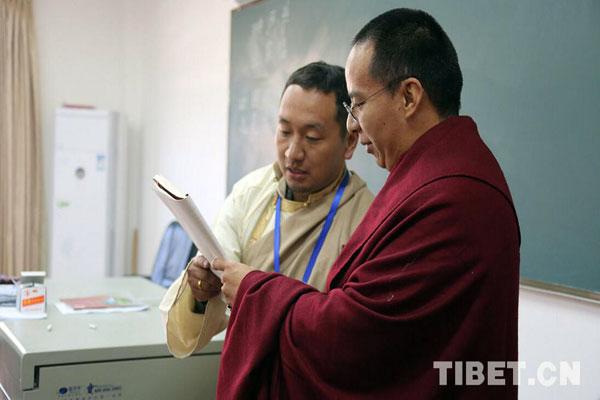 班禅与西藏佛学院僧尼共同举行诵经祈福法会