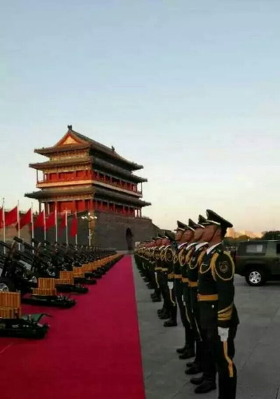 """当直升机悬挂着中国国旗,20架直升机呈现""""70""""字样,7架飞机拉出7道彩"""