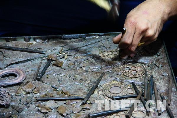 巧手让金属块变成了精美绝伦的艺术品。摄影:刘莉