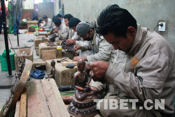 来自不同民族与国家的匠人在一起工作。摄影:刘莉