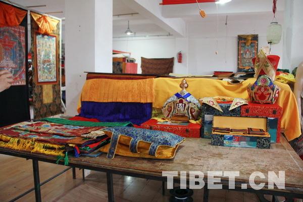 部分藏族传统服饰成品展示。摄影:刘莉