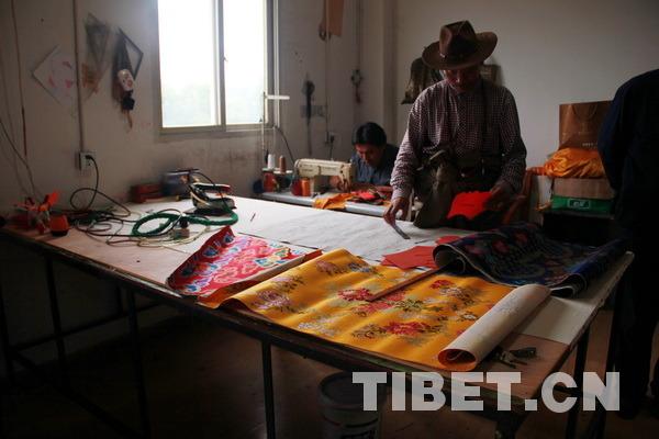 正在设计藏族传统服饰的匠人。摄影:刘莉