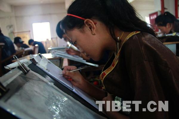 正在认真学习唐卡绘画技艺的学生。摄影:刘莉