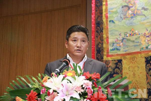四川省甘孜州委常委、宣传部长相洛在开幕式上致辞。摄影:克珠(甘孜日报)