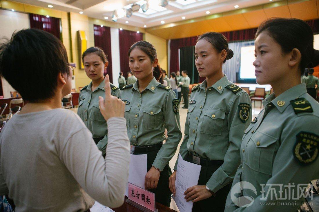 组图 三军仪仗队首批退役女兵走俏企业