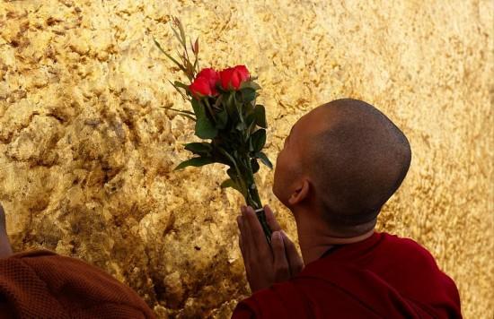 """组图:缅甸""""黄金岩石""""叠立悬崖危如累卵 引信徒朝拜 - 南加缅华联谊会 -           南加州缅华联谊会主办"""