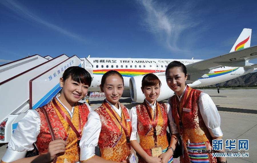 空姐特殊邪恶色系_7月26日,西藏航空有限公司首批藏族空姐央拉(左二)和同事参加首航
