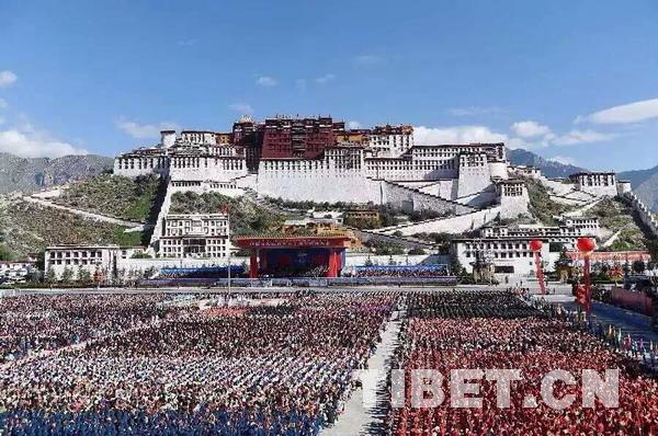 """西藏""""五十""""大庆庆祝活动现场   中国西藏网讯 9月8日,雪域高原彩旗招展,雪域儿女尽欢颜。在雄伟的布达拉宫脚下,欢歌笑语、哈达飞扬,一片和谐欢乐的场景。   早上六时许,身着节日盛装的西藏各族各界群众满怀豪情陆续进场,现场一张张笑脸,体现了西藏各族儿女崭新的新风貌。   来自拉萨市堆龙德庆县的农民63岁的老人加央尼玛,提前几天就备好了一身新的藏装。八日凌晨,加央尼玛和乡亲们赶个大早,像过年一样高高兴兴的参加此次盛会。1965年,西藏自治区成立时,加央尼玛当年已是少年,五十年"""