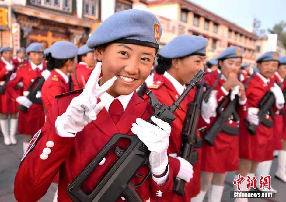 大阅兵没看够 实拍西藏持枪女兵飒爽英姿
