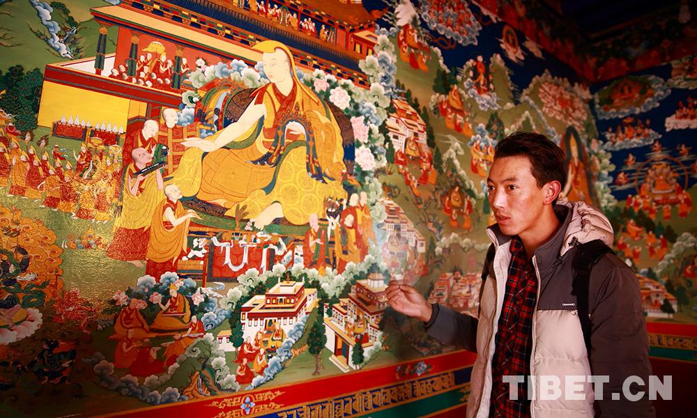 格桑克珠介绍甘丹寺的壁画中,由他本人参与绘制的部分
