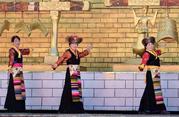 Lhasa: Traditionelle chinesische und tibetische Kleider an Neujahr sehr gefragt
