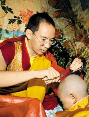 Der Panchan Lama machte die Rasur des kleinen lebenden Buddhas