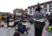 西藏迎来冬季朝佛高峰