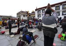 Farmers and herdsmen from all over Tibet start pilgrimages to Lhasa