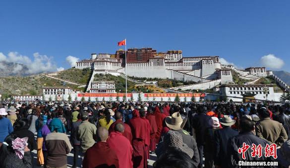 Freiwillige feiern mit tibetischen Lehrern und Schülern den Nationalfeiertag