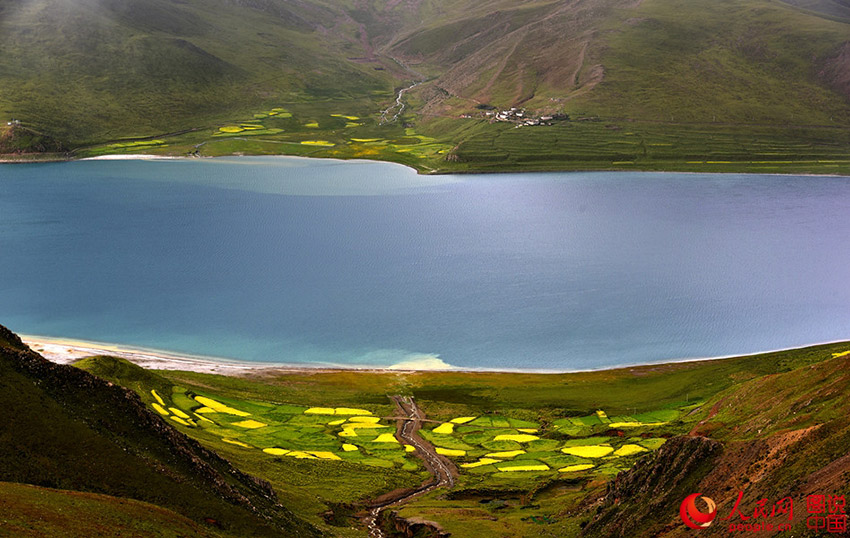 Scenery of Yamdroktso Lake in Tibet