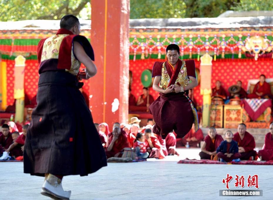 西藏扎什伦布寺众僧彩排跳神