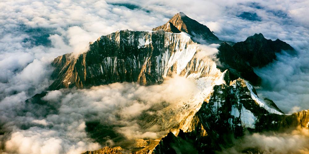 青藏高原上的雪峰