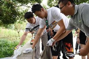 孙杨现身杭州西湖与志愿者一起捡垃圾