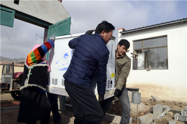 Banyan villagers move in new apartments by poverty relief fund: Qinghai