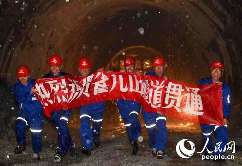 Highest tunnel in Sichuan-Tibet Highway opens to traffic