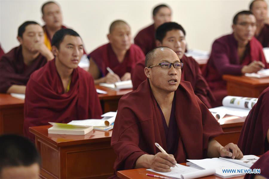 Monks have lesson at Qinghai Tibetan Buddhism College