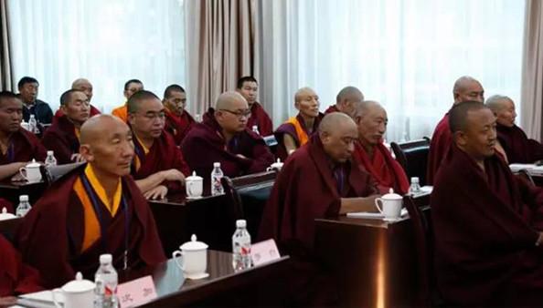 Tibetische gelehrte Mönche reisen zum Kurs nach Beijing