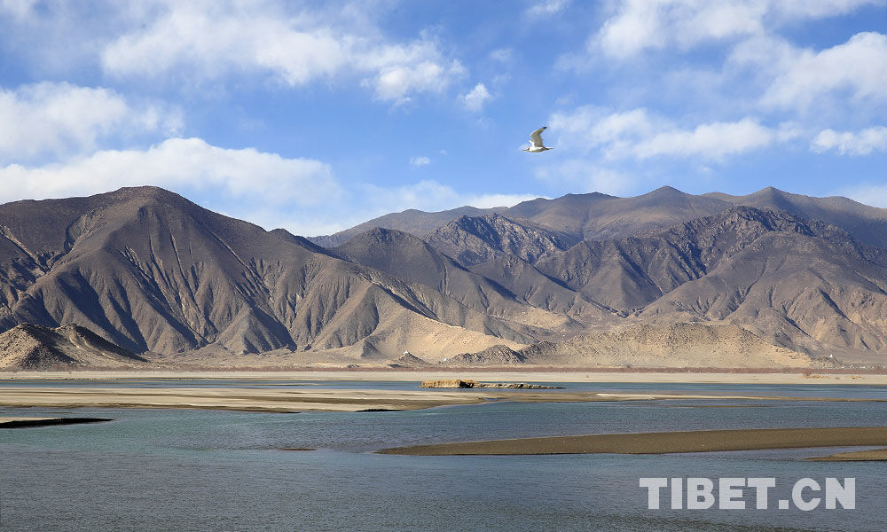 Winter scenery of the Yarlung Tsangpo River