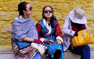 Neujahrsbekleidung tibetischer Mädchen