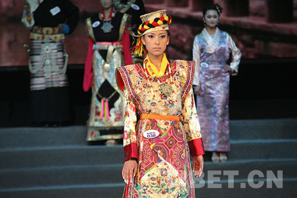 Tradition and fashion for Tibetan girls' clothing during Losar