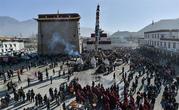 西藏桑耶寺迎来大经杆更换经幡仪式