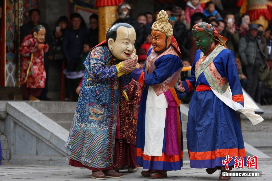 """藏传佛教名刹塔尔寺里的""""跳欠""""祈福"""