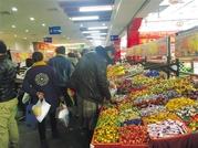 双节临近 年货市场年味浓