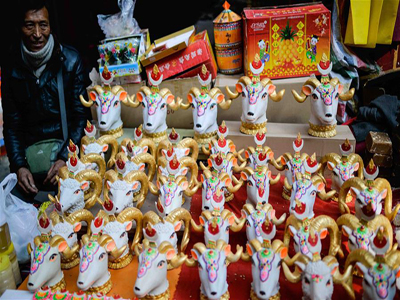 Lhasa citizens buy goods to greet Spring Festival and Tibetan New Year